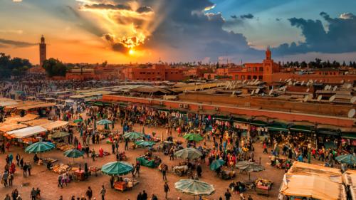 foto do por do sol em marrakesh em marrocos