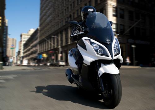 scooter downtown branca nas ruas