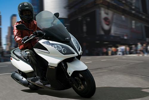 scooter demonstrando a facilidade de pilotar