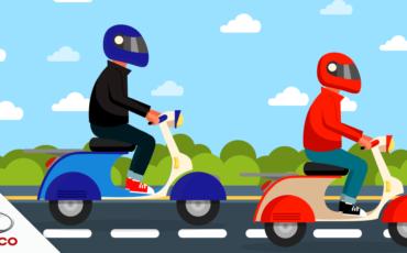 imagem ilustrativa de dois pilotos utilizando capacete na estrada